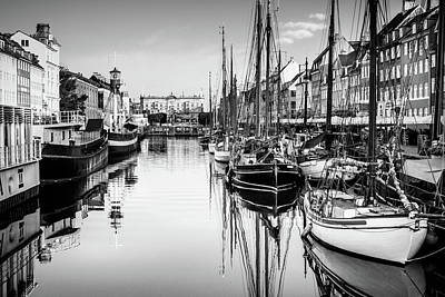 Photograph - All Quiet In Nyhavn by Michael Niessen