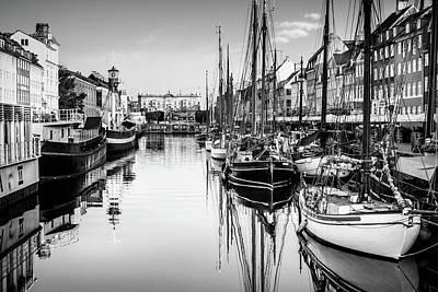 Photograph - All Quiet In Nyhavn by Michael Niessen