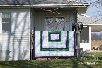 Photograph - Amish House With Quilt by David Arment