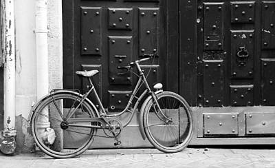 Photograph - Antique Bicycle 1b by Andrew Fare