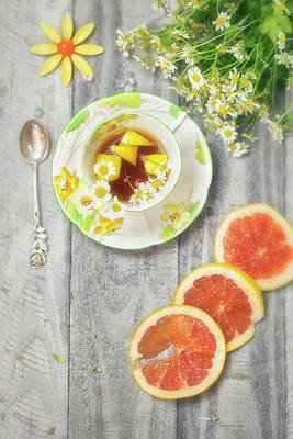 Photograph - Art Deco Tea Cup With Grapefruit And Daisies by Susan Gary