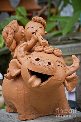 Classical Doll Sculpture - Art Of Pottery Making.   by Thakoengphon  Sakkakit