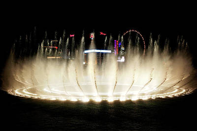 Photograph - Bellagio Hotel Fountain At Night by Marilyn Hunt