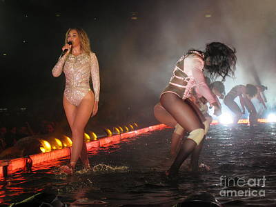 Beyonce Knowles Photograph - Beyonce On The Water Stage by John Malone