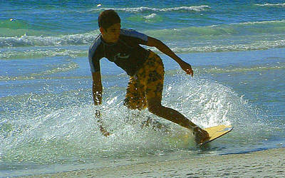 Photograph - Boogie Boarding by T Guy Spencer