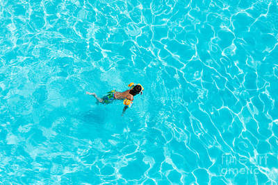 Photograph - Boy In A Pool by Les Palenik