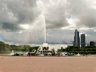 Buckingham Fountain And Chicago Skyline 01 Art Print by Cynthia Woods