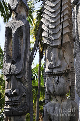 Wooden Photograph - Carved Statues At Puuhonua O Honaunau National Historical Park by Andy Smy