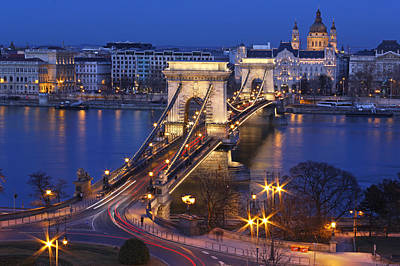 Street Lights Photograph - Chain Bridge At Night by Romeo Reidl