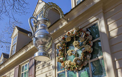 Flower Pint Photograph - Chownings Tavern Wreath 01 by Teresa Mucha
