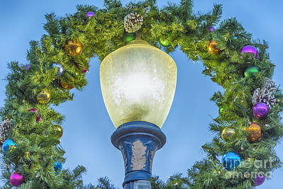 Photograph - Christmas Wreath Lampost by David Zanzinger