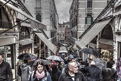 Photograph - Crowd At Rialto Bridge by Roberto Pagani