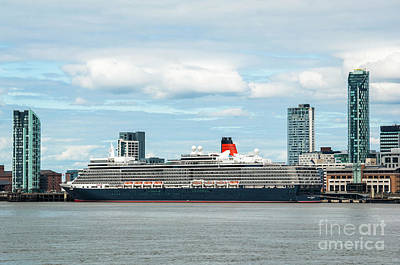 Photograph - Cunard's Queen Elizabeth At Liverpool by Paul Warburton