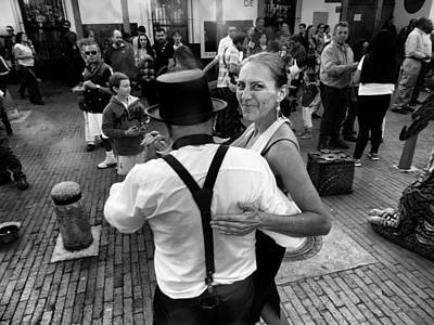 Observer Photograph - Dancing In The Street by Daniel Gomez