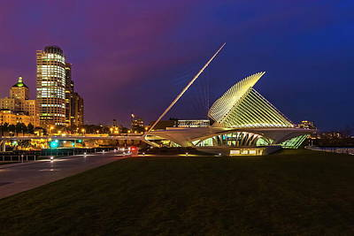 Photograph - Dusk At The Milwaukee Art Museum by Chuck De La Rosa