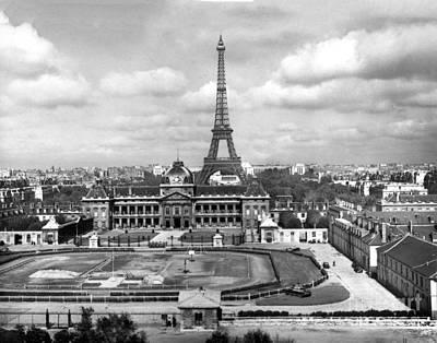 Photograph - Ecole De Guerre   Eiffel Tower, Paris, France ,circa 1948 by California Views Mr Pat Hathaway Archives