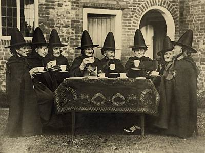 Rire Photograph - Eight Women In High Hats Having Tea by Everett