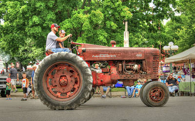 Photograph - Farmall 400 Farm Fresh Parade Ready by J Laughlin