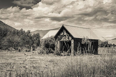 Photograph - Forgotten Barn by Dave Hall