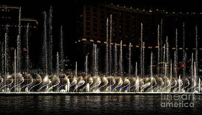 Photograph - Fountain At Bellagio 5 by Walt Foegelle