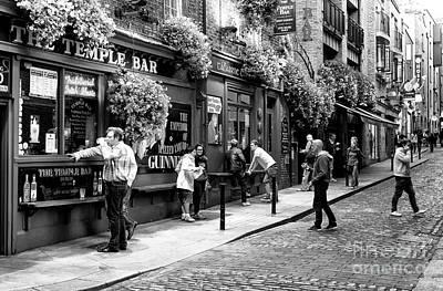 Photograph - Having A Pint At Temple Bar by John Rizzuto