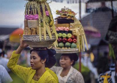 Photograph - Hindu Worshippers, Bali by David Halperin