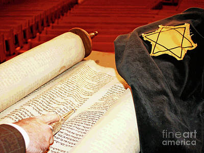 Photograph - Holocaust Torah Reading by Larry Oskin