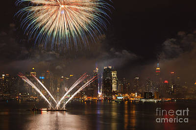 Fireworks Photograph - Hudson River Fireworks Vii by Clarence Holmes