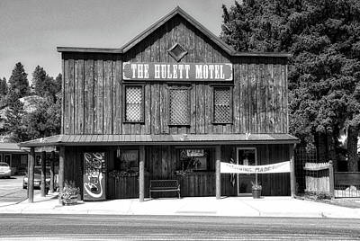 Machine Quilt Photograph - Hulett Wyoming Motel Bw by Thomas Woolworth