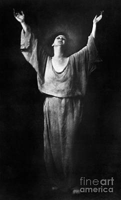 Photograph - Isadora Duncan (1877-1927) by Granger