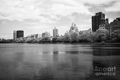 jacqueline kennedy onassis reservoir central park with view of apartment buildings upper east side N Art Print