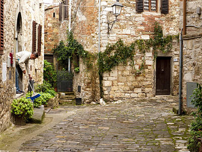 Greve In Chianti Photograph - Keeping Montefioralle Clean by Rae Tucker