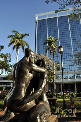 Photograph - Kiss Statute by Andrew Dinh