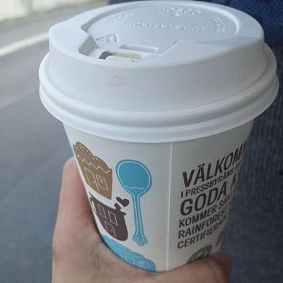 Laddar Upp Med En Stor Kopp Kaffe Original