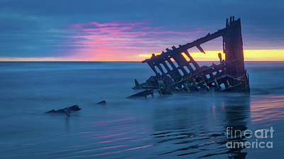 Peter Iredale Photograph - Last Light At The Peter Iredale by Jerry Fornarotto