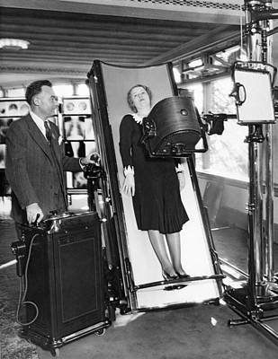 Healthcare And Medicine Photograph - Latest X-ray Machine by Underwood Archives