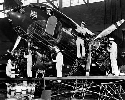 Ev-in Photograph - Mechanics Give A United Airlines by Everett