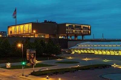 Photograph - Milwaukee War Memorial by Chuck De La Rosa