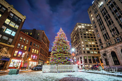 Christmas Holiday Scenery Photograph - Monument Square Tree by Benjamin Williamson