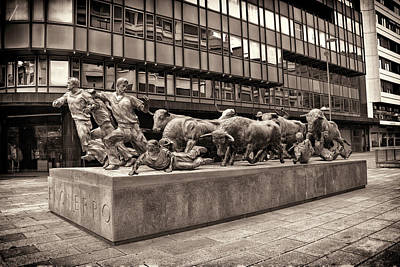 Photograph - Monument To The Encierro by Alan Toepfer