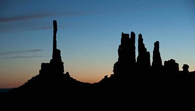 Mv Sunrise Totem Pole And Yei Bi Chei 7218 Print by Bob Neiman