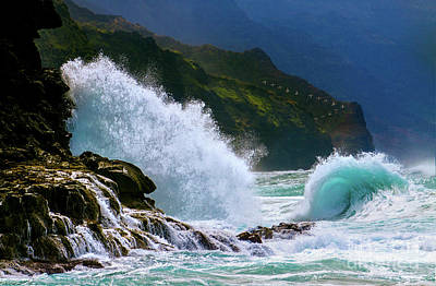 Photograph - Napali Coast Wave Explosion And Curl by Robert Gaines