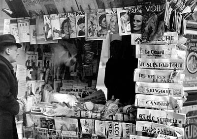 Tre Wall Art - Photograph - Newspaper Kiosk In Paris In The Thirties  by French School