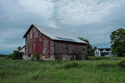 Michigan Farmhouse Photograph - Northern Michigan Barn by Dawn Dasharion