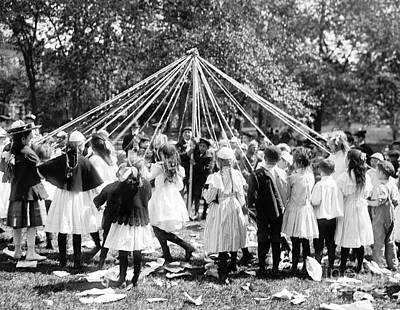 Photograph - Nyc, Central Park Maypole Dance 1905 by Science Source