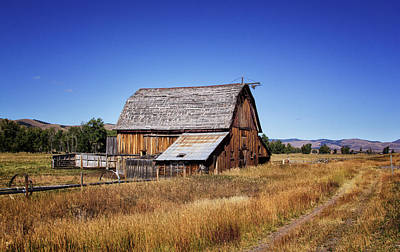 Photograph - Old Barn In Montana by Carolyn Derstine