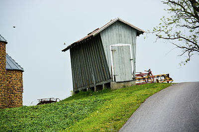 Photograph - Old Corn Crib On A Hill by Tana Reiff