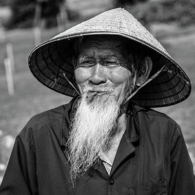 Que Photograph - Old Man Of Vietnam Black And White by Lahiru Ranasinghe