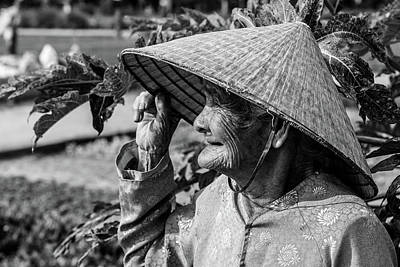 Que Photograph - Old Lady Of Vietnam In Black And White by Lahiru Ranasinghe
