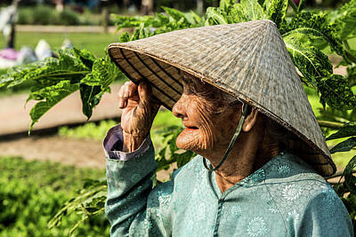 Que Photograph - Old Lady Of Vietnam In Color by Lahiru Ranasinghe